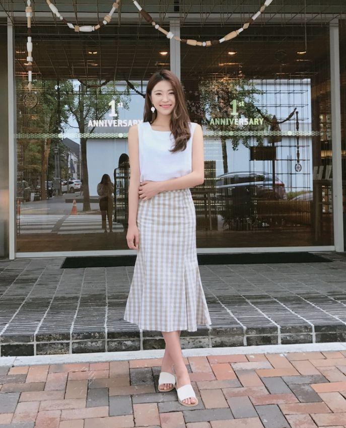 韓国で今大流行中のチェック柄スカート💋  裾に向かってふんわりと広がるフレアシルエットが、 クラシカルで上品な着こなしを演出してくれます💃  しかも嬉しいS、Mのツーサイズ展開✌️ 裏地付きなので、透けません💯  ギンガムチェックフレアヘムロングスカート ¥5,660(税込)💕