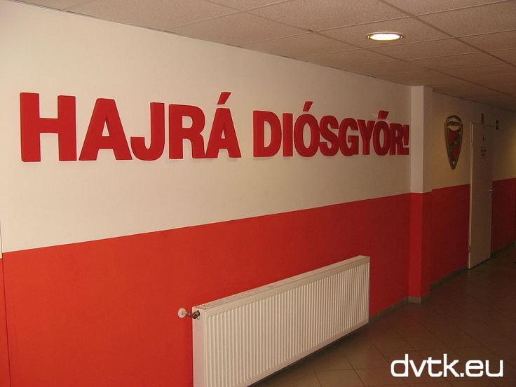 Megújult öltözőfolyosó fogadja a DVTK - Haladás mérkőzésre érkező csapatokat a Diósgyőri Stadionban