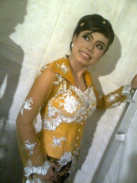 Desta Mulyanti. Penyanyi. Sunda. STSI Bandung. by https://www.facebook.com/desta.mulyanti/photos