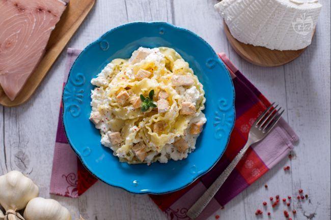 Le reginette con crema di ricotta e dadolata di pesce spada sono un primo piatto delicato e raffinato, dal connubbio intenso  di sapori!