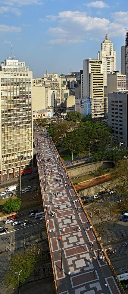 Viaduto Santa Ifigênia. Visão no sentido do Largo São Bento. Ao fundo à direita o edifício Altino Arantes.