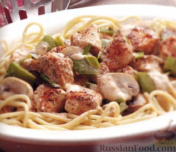 Салат из макарон с курицей и овощами и грибами