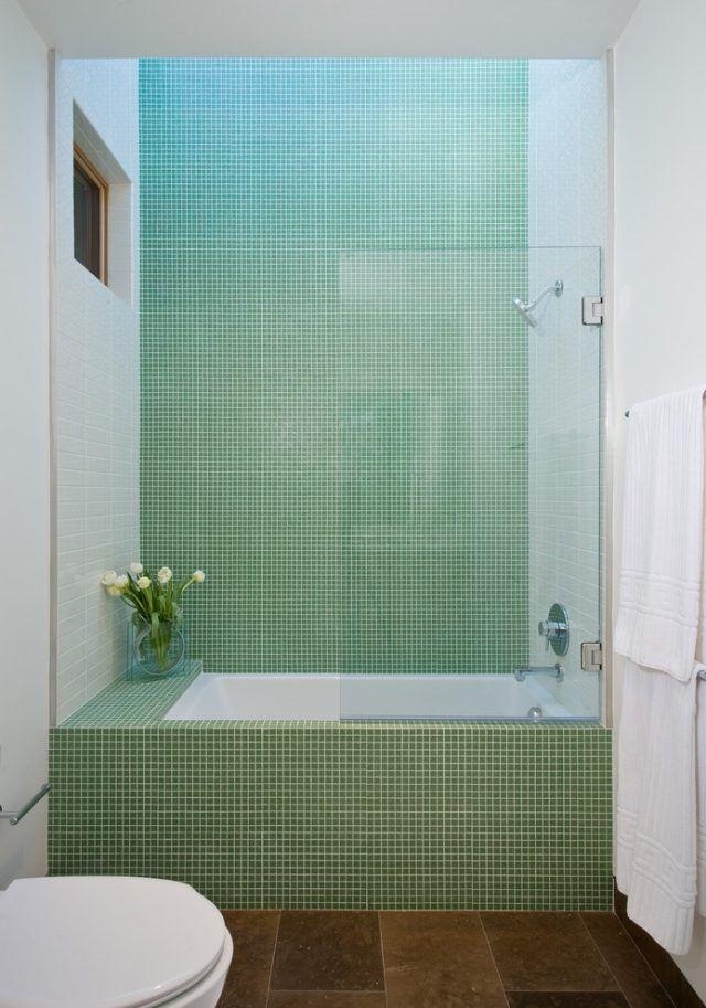 kleines bad einrichten wanne dusche glaswand grün…