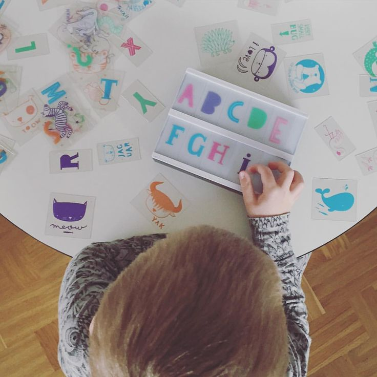 Oliver øver bogstaver med den nye ABC pakke fra A Little Lovely Company  #bymoulin #abc #lightbox #alittlelovelycompany #børn #børneværelse