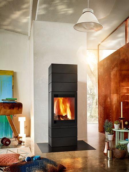 Piec wolnostojący Elements Front 603. Dzięki dużej panoramicznej szybie widok płomieni jest widoczny z każdej perspektywy. Modułowa forma pieca pozwala na budowanie kreatywnej konfiguracji kominka.
