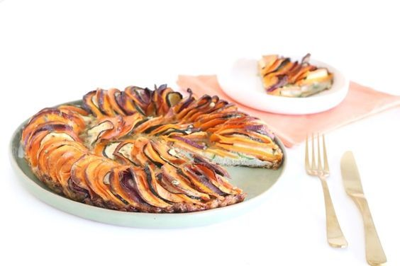 Deze groentenfrittata met courgette, pompoen en zoete aardappel is perfect voor de dagen dat je gezond wilt koken én iets heel moois op tafel wilt zetten. Hij