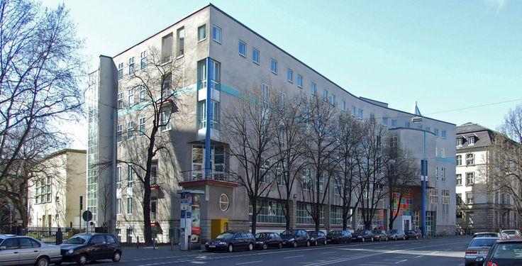 """Hochschule für Musik und Darstellende Kunst Frankfurt am Main """"Hfmubk-eschersheimer-ffm001"""" von Dontworry - Eigenes Werk. Lizenziert unter CC BY-SA 3.0 über Wikimedia Commons."""
