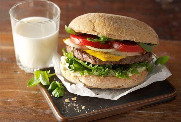Hampurilainen ✦ Hampurilainen selättää pienen tai isommankin nälän. Kesäisenä päivänä hampurilaisen valmistaminen onnistuu grillissä. http://www.valio.fi/reseptit/hampurilainen/