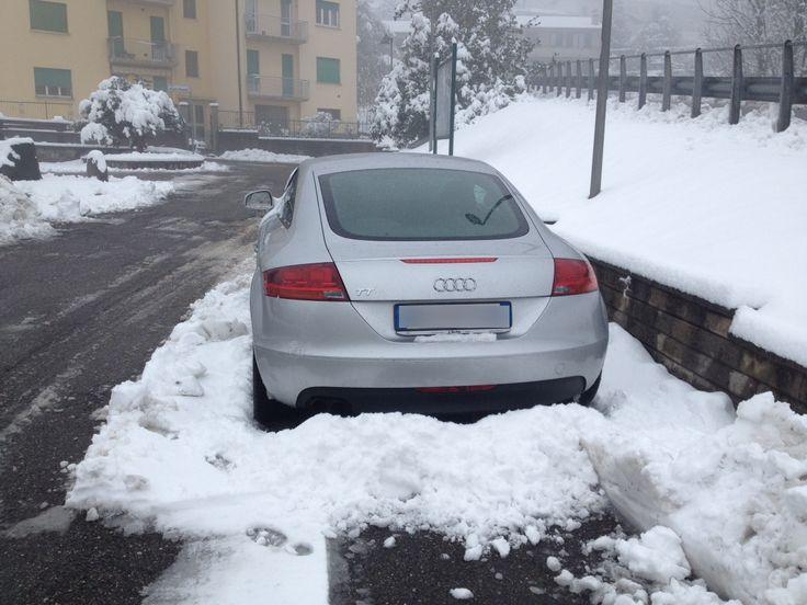 Roberta Baria ha scovato un'Audi TT nella neve di una cittadina di provincia. A chi apparterrà? E guardando bene sembra le manchi lo specchietto retrovisore destro... Hmmmm...