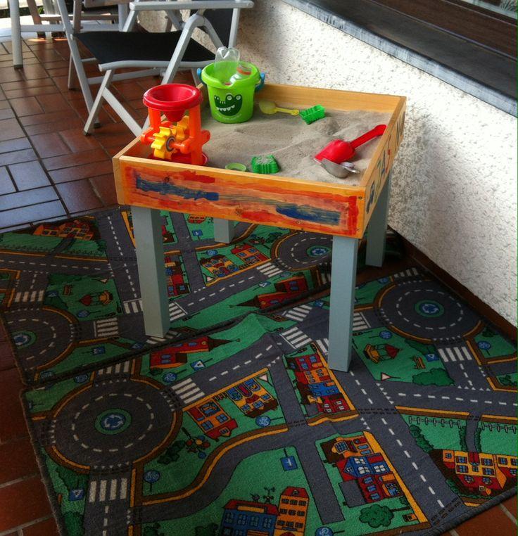 DIY Sandtisch für den Balkon - meine Jungs lieben ihn! IKEA Lack-Tisch 4,99€ Brett 10cm breit, gehobelt - 2 m kosten etwa 5€ im Baumarkt (man kann es in vielen auch kostenlos zuschneiden lassen), dazu ein paar Schrauben und FERTIG!