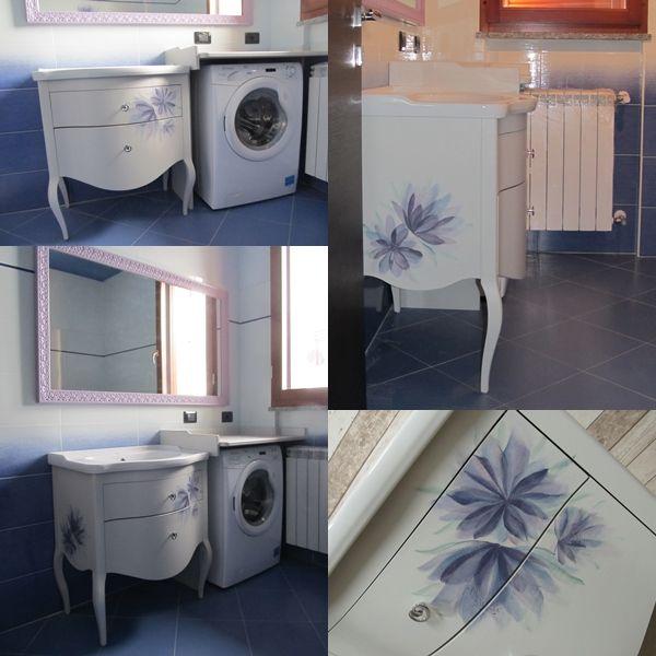 Bagno arredato con mobile decorato, mensola e cornice per specchio su misura. #mobilebagno #decorazione