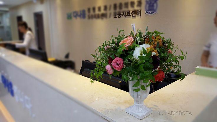a flower vase for the celebrating on the opening of the hospital (www.ladybota.com)