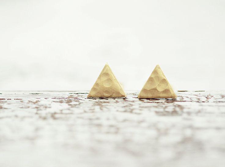 """triangle earrings """"Hoek"""" - hammerscale brass gold w ♠pikfine // all selfmade stuff na DaWanda.com"""