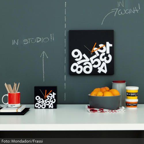 Eine übergroße Magnetwand ist eine witzige und sehr praktische Methode, Termine und Geburtstage im Auge zu behalten. Mehr tolle Wohnideen für die Küche auf www.roomido.com/wohnideen/kueche