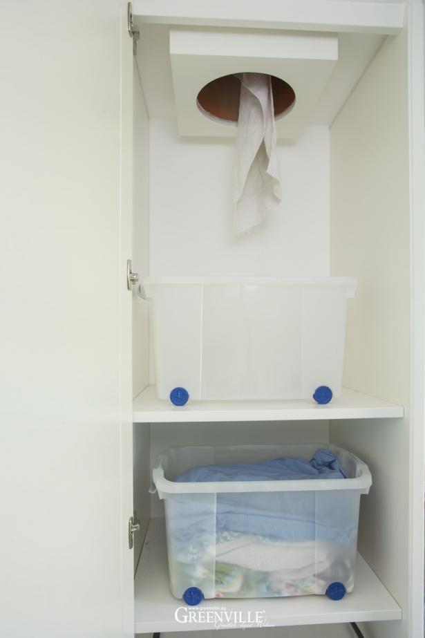 Wäscheabwurf im Mudroom. Ist der Schrank geschlossen, sieht der Raum fein aufgeräumt aus.  Die Wäsche kann gleich im Schrank sortiert werden. ähnliche tolle Projekte und Ideen wie im Bild vorgestellt findest du auch in unserem Magazin . Wir freuen uns auf deinen Besuch. Liebe Grüße