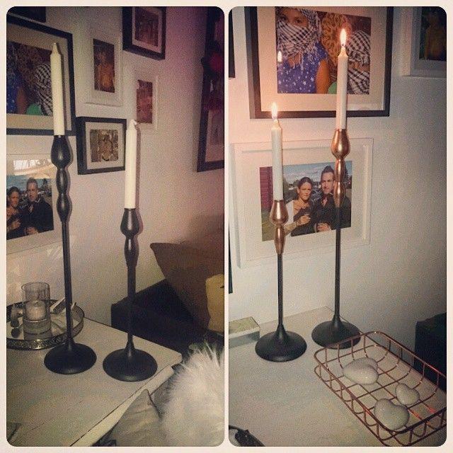 Köpte dessa snygga stakar på ÖoB för ynka 39 kr och pschyyy med lite koppar spray så tataaa #ljusstakar #svarta #kopparspray #ljus #öob #fotovägg #kopparkorg #netto #pyssla #görsjälv #göraom #inspo #inspiration #dekoration #hem #home #vardagsrum #livingroom #skrivbord #vitt #DIY
