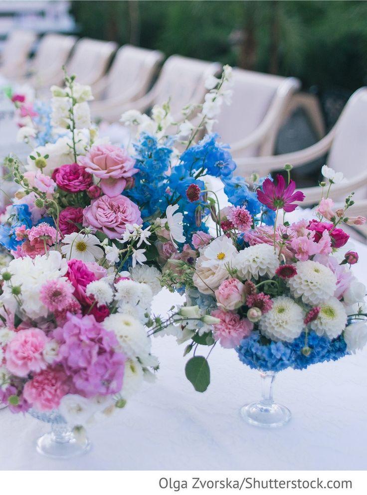 Blumen in pink, rosa, blau auf den Gästetischen am Hochzeitstag für russische Hochzeiten