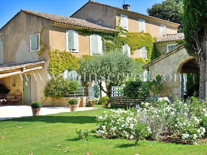 Location d'un gite pour des vacances à Robion près de Gordes dans le Luberon, avec Coins Secrets. Holiday letting with pool in Provence.