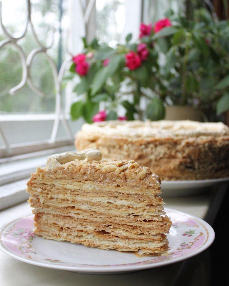 """Бабушкин """"Наполеон"""". Тут 2 крема: сметанный и масляный со сгущенкой, торт более пропитанный, но все равно хрустящий (менее хрустящий, чем просто с кремом на сгущёнке). Это бабушкин рецепт и пёкся на ее день рождения. тортик ждал особенного случая и Он настал! Очень хочу Armonia от @videofoodru и @bms39.ru.  #videofoodru_хочу_armonia  участвую в конкурсе #это_мой_торт10 спонсор @superbaker.ru организатор @anuta_maletina  для седьмого этапа #marybakery_12cakes_7марафона #marybakery_12..."""