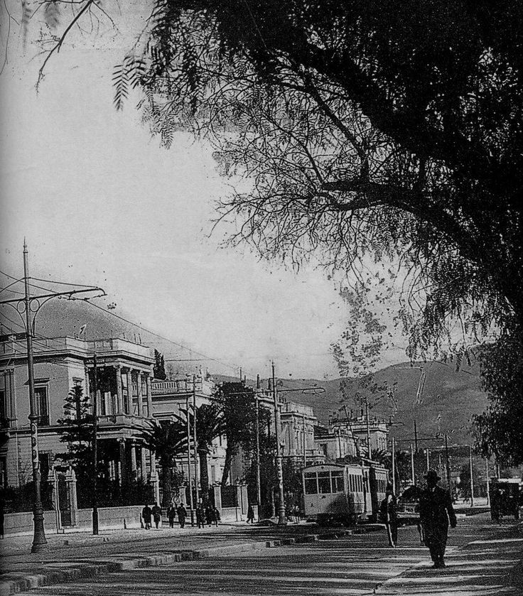H Λεωφόρος Κηφισιάς φωτογραφημένη μεταξύ 1925 & 1935 Σπάνια λήψη με όλα τα κτήρια που υπήρχαν σε αυτά τα οικοδομικά τετράγωνα με πρόσοψη στην σημερινή Βασ. Σοφίας. Το πρώτο σπίτι αριστερά: η οικία ΠΑΥΛΟΥ ΚΑΖΟΥΛΗ, Βασ. Σοφίας 19 & Κουμπάρη. Το κατεδάφισαν το 1935.