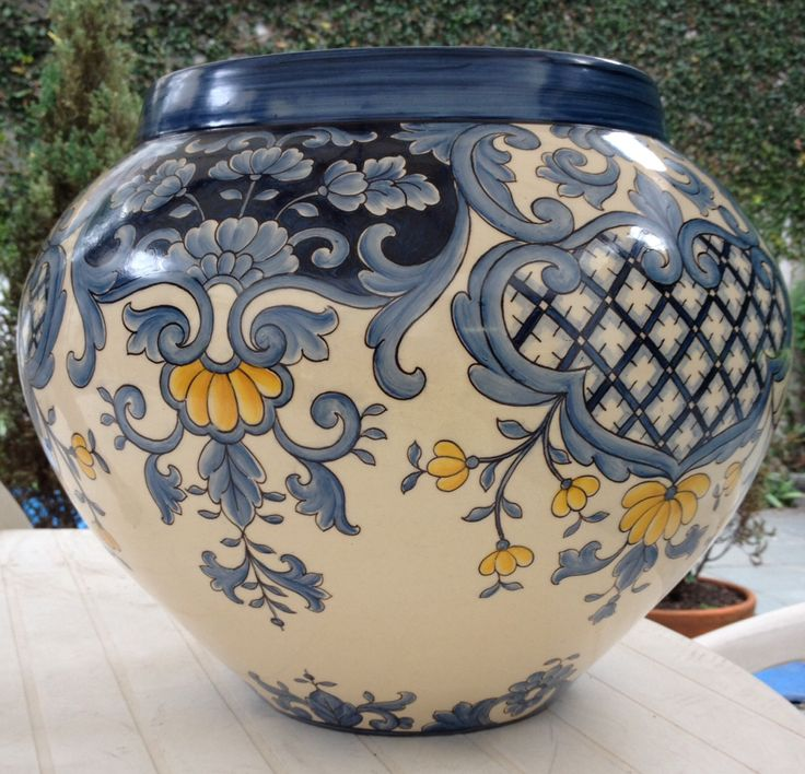 Cachepot azul com flores amarelas