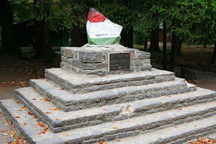 Mátra, a legmagasabb pontot jelölő nemzeti színű kő