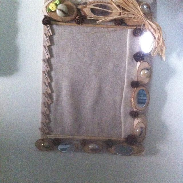 Κορνίζα με ύφασμα γάζα πλαισιωμένη με φέτες κορμού καθρεφτάκια  αποξηραμένα στοιχεία και μανταλάκια μινιατούρες
