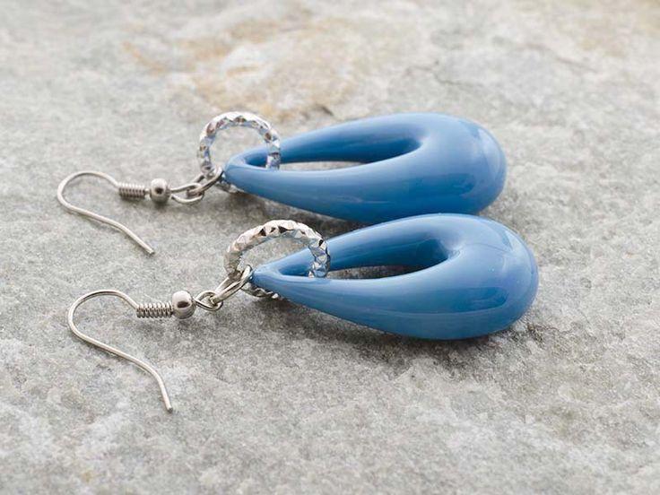Orecchini a forma di goccia in vetro di murano di un colore azzurro pastello.  Dimensioni 3,5 x 2 cm