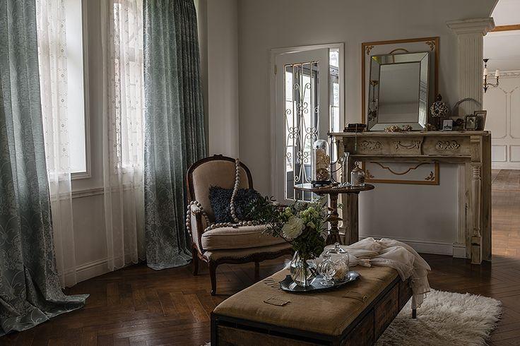 辛口なガーリースタイルには木材の色がポイント。 あえてダークブラウンの床や家具を選ぶことで全体がシックに仕上がります。 美しいアイスブルーのドレープや可愛らしい総刺繍のレースを合わせても、甘すぎず大人っぽい印象をキープ出来ます。 ガラスドームやシルバー等の時間をかけて集めてきたヴィンテージアイテムを飾れば、ロマンチックな私の時間が流れます。