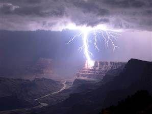 Remarkable lightning strike hits Grand Canyon (Photo: Travis Roe)