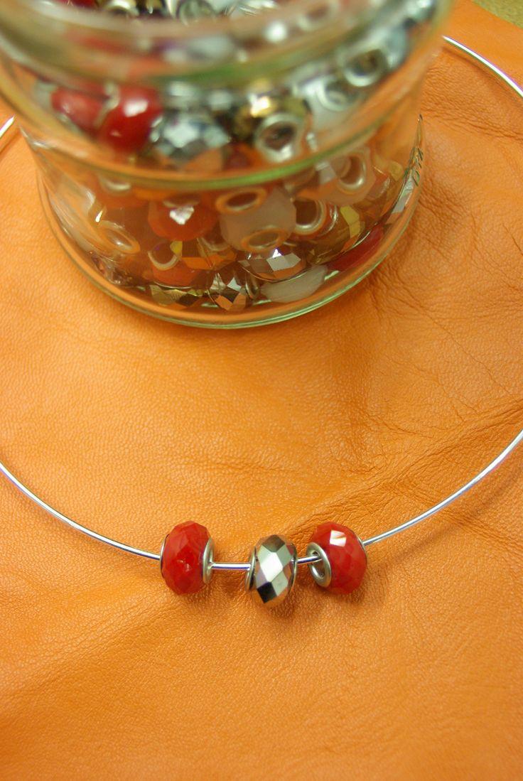 Des tours de cou sont aussi disponibles avec des charms dans votre rayon mercerie chez Ellen Décoration.