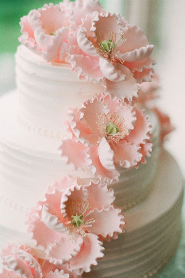 """Bijna te mooi om op te eten. Bruidstaart met prachtige """"bloemen van het seizoen"""" Pioenen"""
