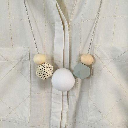 Sautoir Manon D  Chaîne de couleur argentée   Perle : Bois, Blanc, Gris , Pois   Dimension : 75 cm  Collier Poétique  Il saura sublimer votre tenue tout en y apportant - 16989017