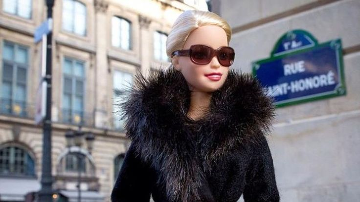 #Barbie au #musée à #Paris ! La dernière fois que vous l'avez vu c'était dans les bras de votre petite sœur ou de votre fille. Pourtant, cette fois, il s'agit de la voir «en vrai » et au musée. A Paris, en séjournant à l'#hôtel #Original, peut-être aurez-vous envie d'explorer une #exposition originale, #fashion et intrigante. L'#exposition Barbie au #musée des arts décoratifs vous y invite du 10 mars au 18 septembre. Réservez dès maintenant www.hoteloriginal-paris.com