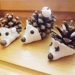 šišky bílá plastelína černé a nové koření Připravte dětem tvářičky pro ježky, které potom připevníte na šišku. Děti můžou ježkovi sami dát nos, uši a oči.