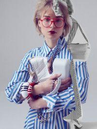 Хлопковое платье, 22 000 руб., Marella; кожаная сумка Gabrielle, от203000руб., Chanel; кожаные туфли, 47 300руб., Bally; очки впластиковой оправе, 17 200руб., Andy Wolf; браслеты изпластика, 9500 и 7500 руб., всеFurla.
