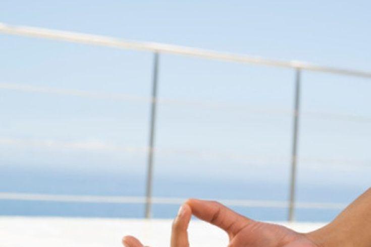 Ejercicios de neuropatía para manos. La neuropatía es un trastorno nervioso que viene con frecuencia junto con enfermedades como la diabetes, hipoglucemia, trastornos de la tiroides o alcoholismo. Los síntomas incluyen hormigueo, entumecimiento, espasmos, debilidad muscular, limitado rango de ...