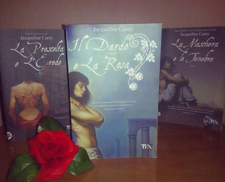 """Giorno 7 della #LitBloggerUnitedOctoberChallenge - Consiglia un libro """"La trilogia di Kushiel"""" di Jacqueline Carey  #ildardoelarosa #jacquelinecarey #libro #fantasy #leggere #lettura #trilogia #rosa #rose #bibliophile #romanzo #libri #amoleggere #book #books #booklover #bookworm #bookstagram #lettetatura #instagood #instaread #instalike #picofthenight #instapic"""
