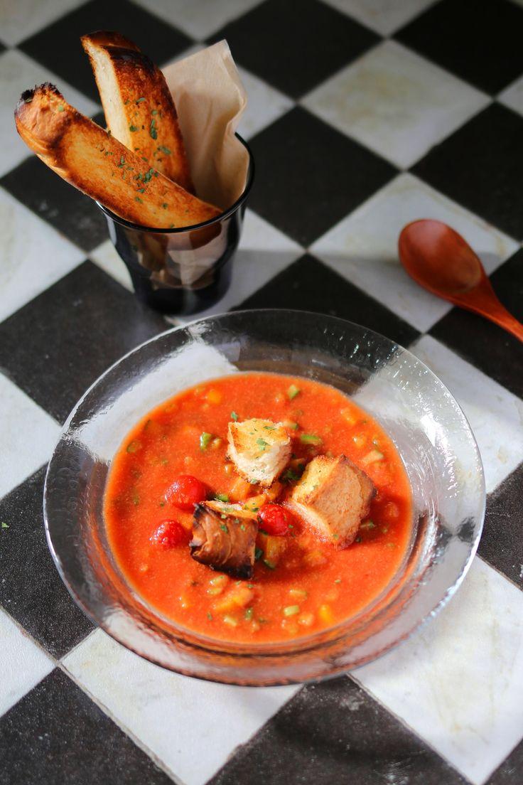 ゴロッと夏野菜のガスパチョ by 前澤 泰爾 / 夏バテ解消効果のあるトマトをメインに使い、身体の中からクールダウン効果が期待できるスープ「ガスパチョ」。太陽の国スペインならではの冷製トマトスープで白ワインやパンを材料に使う事が特徴的。夏野菜をゴロッと角切りにしたので食感も楽しめる食べるスープです。 / Nadia