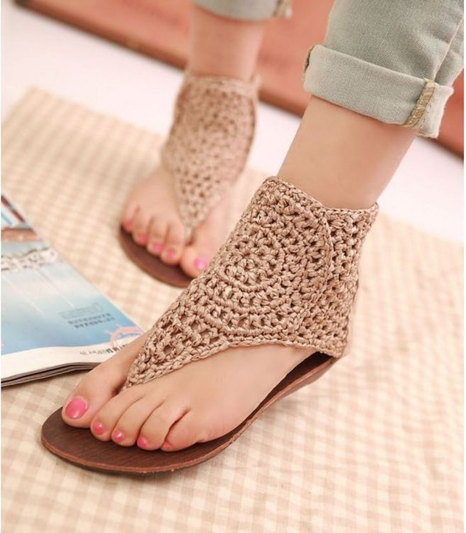 10 crochet ideas to make old flip flops look like a new pair of shoes.