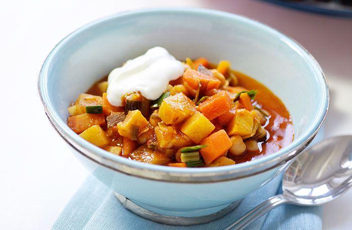 Här hittar du ett recept på en smarrig marockansk rotfruktsgryta. Spiskummin, sambal oelek och vitlök ger grytan dess speciella karaktär och hetta.