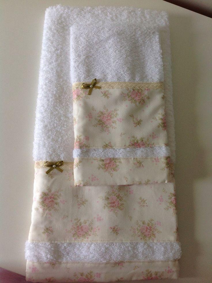 Jogo composto por uma toalha de rosto e uma toalha de lavabo, com trabalho em tecido de algodão, renda de algodão e lacinho de fita de cetim com uma pequena pérola sintética dando um toque de delicadeza às peças. Útil e decorativo!!!