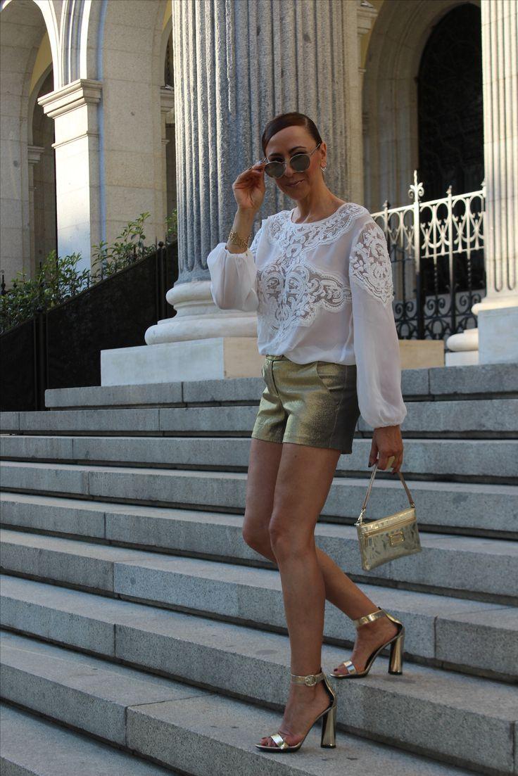 Short dorado, sandalias doradas, pelo recogido, camisa blanca ibicenca, bolso dorado