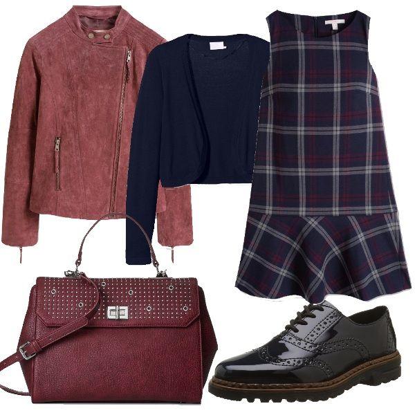 Vestito ad A con fanatasia a quadri, coprispalle blu scuro, giacca in pelle bordeaux red, scarpe stringate lucide e borsa capiente con tracolla rimovibile.