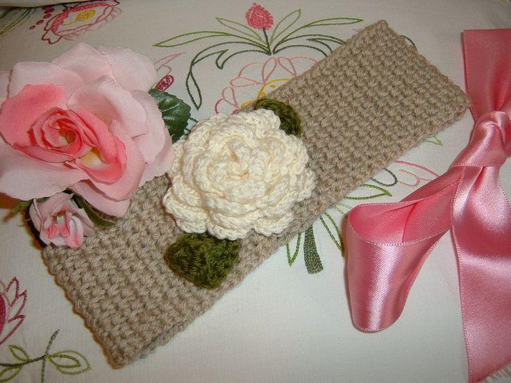 Fascia per capelli all'uncinetto in lana beige con una rosa applicata. Moda bimba inverno. Stile romantico e femminile