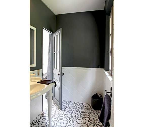 la d co salle de bain en carreaux de ciment c 39 est chouette peinture gris anthracite. Black Bedroom Furniture Sets. Home Design Ideas