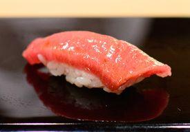 すきやばし次郎は銀座の一等地、雑居ビルの地下にある。世界的に有名なレストランの格付け本、「ミシュラン・ガイド東京版」で最高の評価となる三ツ星を獲得する有名店。メニューはなく、おまかせのみ。30分ほどで鮨が10カン以上、次々と出されるスタイルだ。値段は3万円から。毎月1日に、翌月の予約を電話で受け付けている。ホームページによれば、5月までは予約でいっぱいだという。- HuffPost |「すきやばし次郎」オバマ大統領も食べたミシュラン三ツ星の寿司を写真で