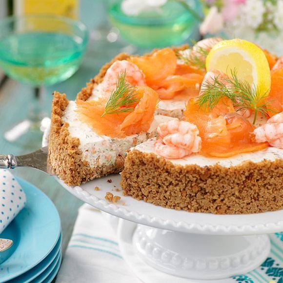 Ska du bjuda på fest men vill inte stå i köket hela dagen? Då har vi den perfekta lösningen – en läcker lax- och räkcheesecake!