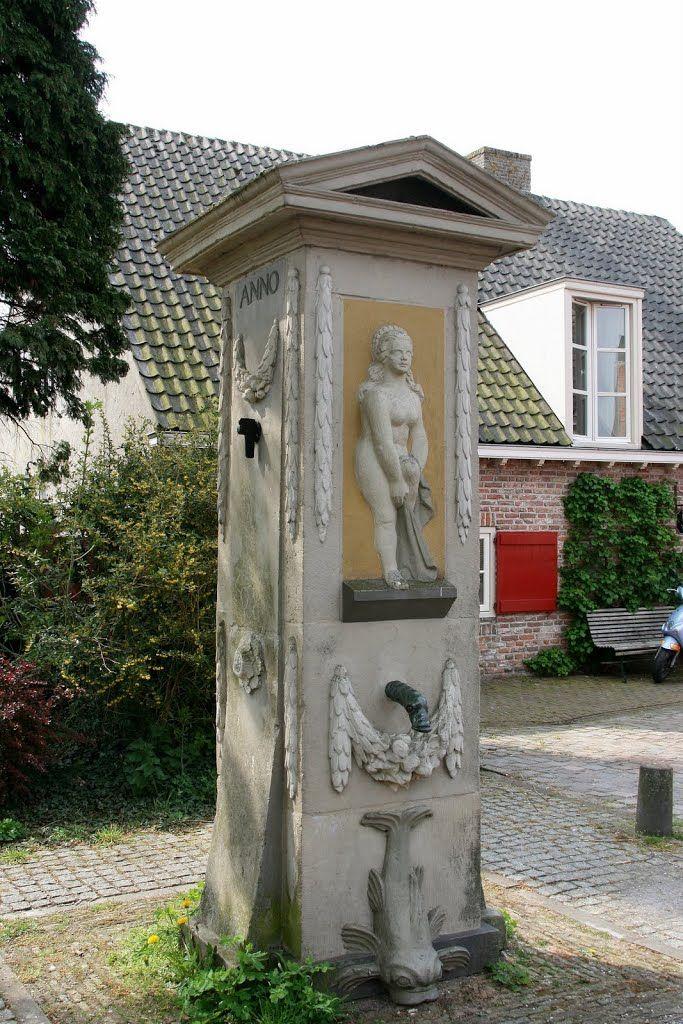 De pomp op het Hofplein in Vianen. Eén van de weinige overblijfselen van kasteel Batenstein.