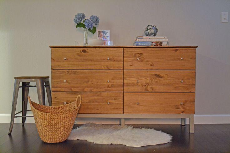 Matériel : – TARVA, Commode 6 tiroirs, pin (102.214.21) – Boutons de tiroir en acier/inox Description : Voici comment donner une toute nouvelle jeunesse à votre commode Ikea TARVA ! Il a suffi de trois étapes simples pour lui donner un nouveau look! Teindre le bois. Avant de teindre un bois clair, poncez-le, passez-le à l'eau chaude et laissez sécher. Cela permettra d'uniformiser la teinte du bois. Démonter les anciers boutons de tiroirs et poser lesnouveaux Peindre le bas du meuble avec…